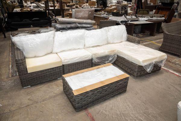 #HBM 2720: Garnitur Tessera bestehend aus 1 Eck-, 2 Mittelelementen und 1 Recamiere mit Tisch Tibera 5mm-grau-meliert