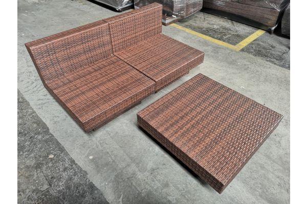 #G 732: Sofa bestehend aus 2 Mittelementen und Tisch Tunis