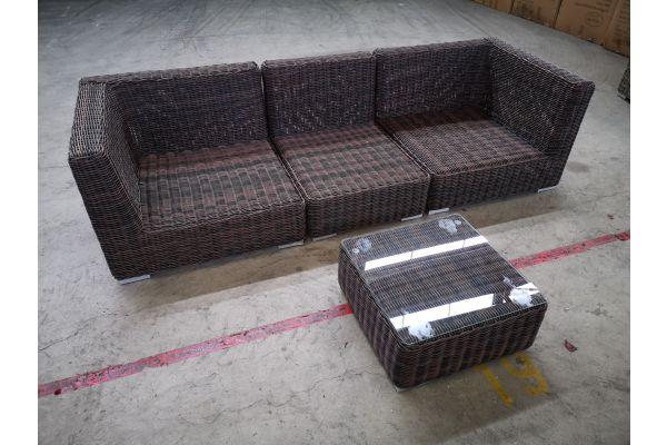 #G 1330: Sofa bestehend auf 2 Eck- und 1 Mittelelement mit Tisch Ariano 5mm