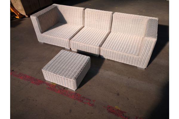 #G 1365: Sofa bestehend aus 2 Seiten- und 1 Mittelelement mit Hocker Ariano 5mm-perlweiß